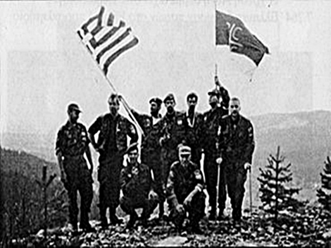 Έλληνες, πιθανότατα μέλη της Χρυσής Αυγής, φωτογραφίζονται με ελληνική σημαία σε ύψωμα έξω από τη Σρεμπρένιτσα.