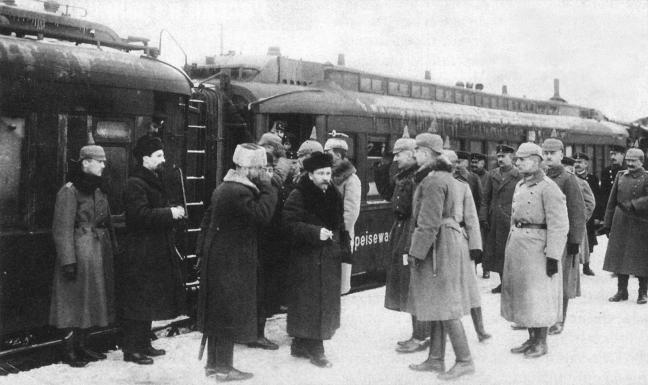 Μάρτιος 1918. Ο Λεβ Κάμενεφ, αντιπρόεδρος του Συμβουλίου των Επιτρόπων του Λαού, και μαζί του ο Λέων Τρότσκι, γίνονται δεκτοί από γερμανικό άγημα στο Μπρεστ Λιτόφσκ, όπου έσπευσαν να υπογράψουν άρον άρον την επονείδιστη για τη σοβιετική Ρωσία συνθήκη με τη Γερμανία.