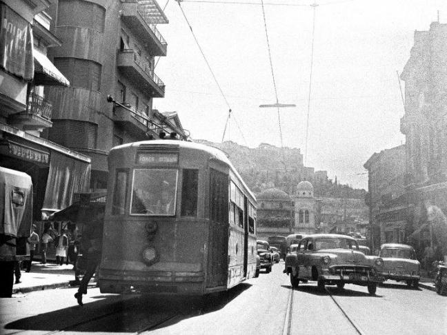 Δεκαετία 1950. Τραμ στην Αθήνα, στο Μοναστηράκι, με φόντο την Ακρόπολη.