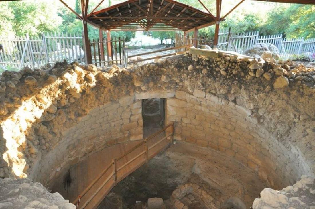 Ο μυκηναϊκός θολωτός τάφος στα Τζαννάτα Κεφαλονιάς,  Ο μεγαλύτερος των Ιονίων Νήσων (και αν καταλαβαίνω καλά και όλης της Βορειοδυτικής Ελλάδας) δεν αποδείχτηκε μνημείο που θα κινητοποιούσε το ενδιαφέρον της αρχαιολογίας ούτε της πολιτικής για τις αρχαιότητες.