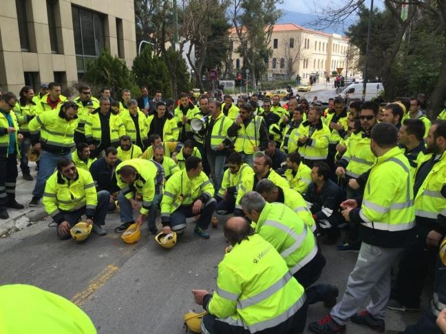 11 Μαρτίου 2015, Αθήνα, έξω από το υπουργείο Περιβάλλοντος, Ενέργειας και Κλιματικής Αλλαγής. Εργαζόμενοι στην υλοτομία στην περιοχή Κάκαβος των Σκουριών Χαλκιδικής διαδηλώνουν με σύνθημα: «Κάτω τα χέρια από τα μεταλλεία». H φωτογραφεία από τη σελίδα Λέμε ΝΑΙ στη Μεταλλεία στη ΒΑ Χαλκιδική, στο Facebook.