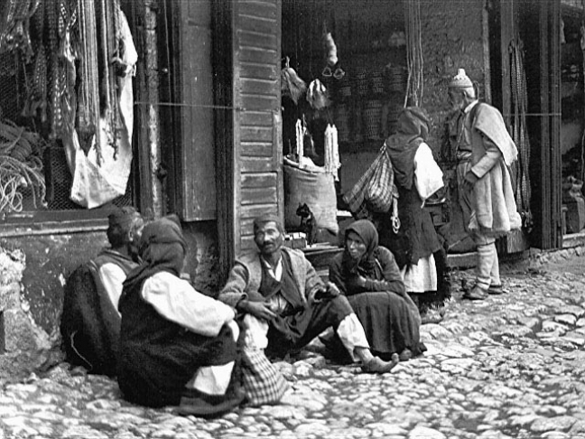 1915. Τσάμηδες στην κεντρική πλατεία της Παραμυθιάς.